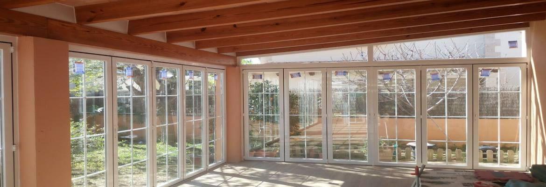 Puertas, ventanas y persianas en aluminio plegables en acordeón.
