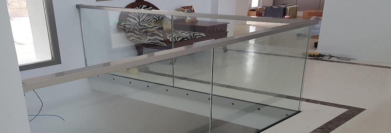 Acristalamiento de puertas para terrazas y barandillas de cristal.